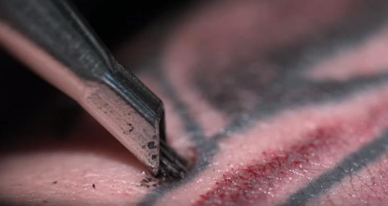 Tatuaggio slow motion pelle