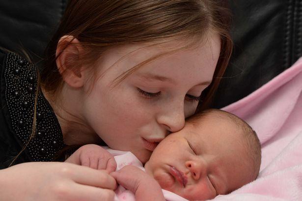 bambina fa partorire la mamma