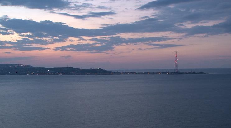 Una vista dello stretto di Messina al tramonto